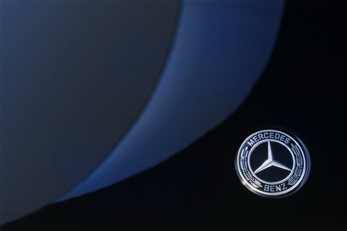 Mercedes-Benz EQS cũng được trang nghệ công nghệ tự lái Drive Pilot, cho phép người lái không cần phải chạm vào vô lăng với vận tốc lên đến 60 km/h trong tình trạng giao thông trên cao tốc. Tuy nhiên, tính năng này chỉ được áp dụng tại thị trường Đức.