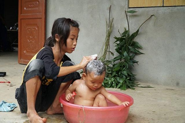 Hiền thay mẹ chăm sóc em gái