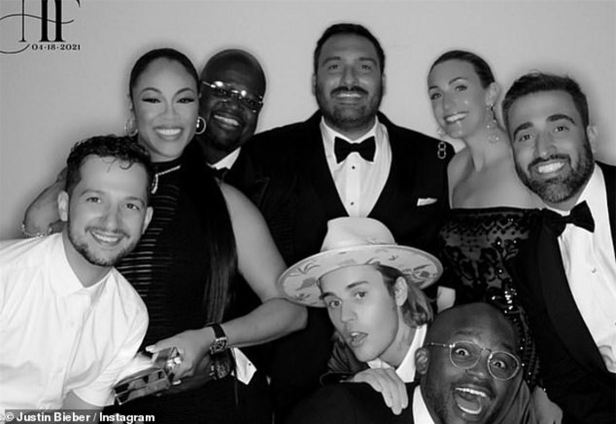 Vợ chồng Justin Bieber chụp hình kỷ niệm cùng bạn bè trong đám cưới người bạn.