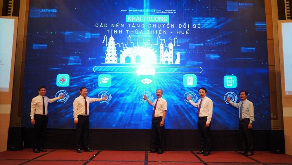 Các đại biểu bấm nút công bố triển khai các nền tảng chuyển đổi số của tỉnh Thừa Thiên Huế để phục vụ người dân và doanh nghiệp.