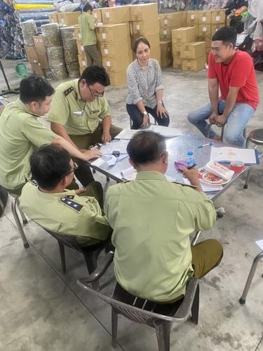 Đoàn công tác ập đến kiểm tra và lập biên bản thu giữ toàn bộ hàng hóa vi phạm