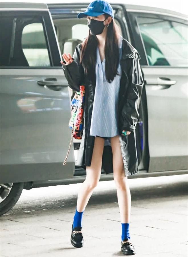 Cnet tròn mắt với loạt ảnh đi làm của Dương Mịch: Đôi chân đã cực phẩm, chiếc áo khoác còn chiếm trọn spotlight vì 1 lý do - Ảnh 3.