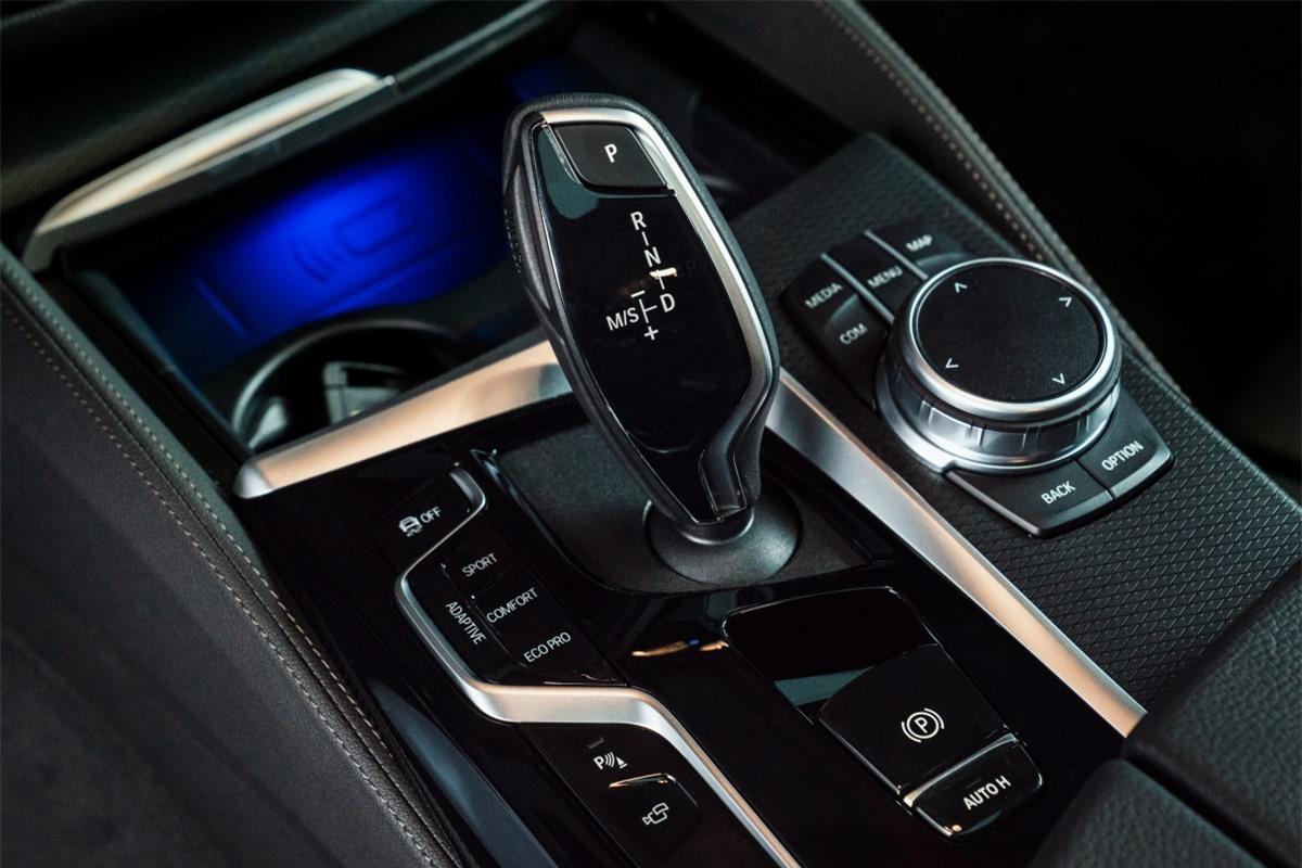 Khoang nội thất của BMW 5-Series mới nổi bật với màn hình cảm ứng trung tâm 12,3 inch được trang bị trên tất cả phiên bản. Vô-lăng bọc da thể thao tích hợp nút bấm đa chức năng là trang bị tiêu chuẩn. Ngoài ra xe còn có hệ thống điều hòa khí hậu 4 vùng tự động với nhiều tính năng mở rộng.