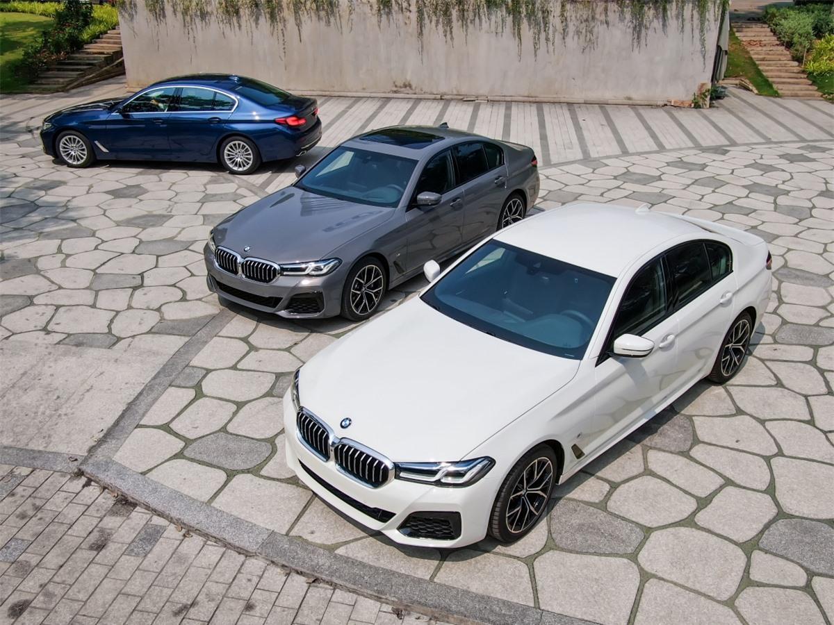 BMW 5-Series 2021 là bản nâng cấp (facelift) giữa chu kỳ thế hệ G30 (thế hệ 5-Series thứ 7), từng ra mắt thế giới hồi tháng 5/2020. Những bản nâng cấp này được BMW gọi với tên riêng là LCI (Life Cycle Impulse), với những thay đổi về kiểu dáng, được bổ sung thêm công nghệ và thay đổi hiệu năng vận hành của động cơ, trong khi khung gầm vẫn giữ nguyên.