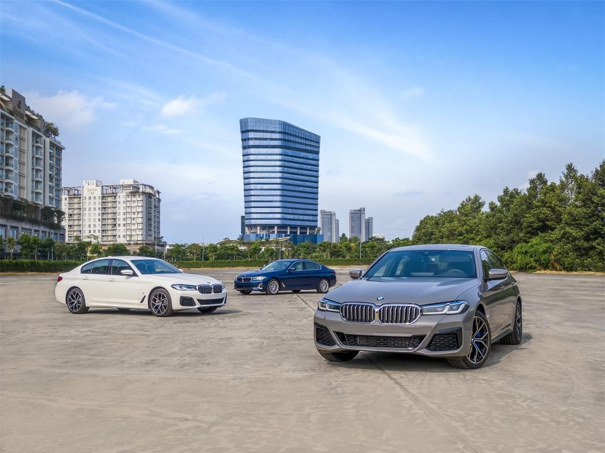 Ở bản này, BMW 5-Series sở hữu ngoại hình hiện đại và hầm hố hơn. Những thay đổi đáng chú ý ở ngoại hình gồm lưới tản nhiệt được mở rộng hơn, cụm đèn trước được làm vuông vức hơn với đèn định vị được tạo hình 2 chữ L tương tự 7-Series. Đường viền của đèn pha được thiết kế mỏng hơn mang lại nét hiện đại.