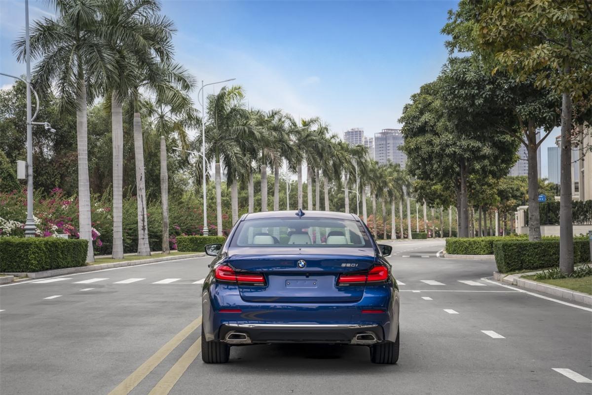 BMW 520i Luxury Line được trang bị động cơ B48, 4 xy-lanh 2.0L tăng áp kép, có công suất 184 mã lực và mô-men xoắn 290 Nm. Bản này có giá bán từ 2,499 tỷ đồng.