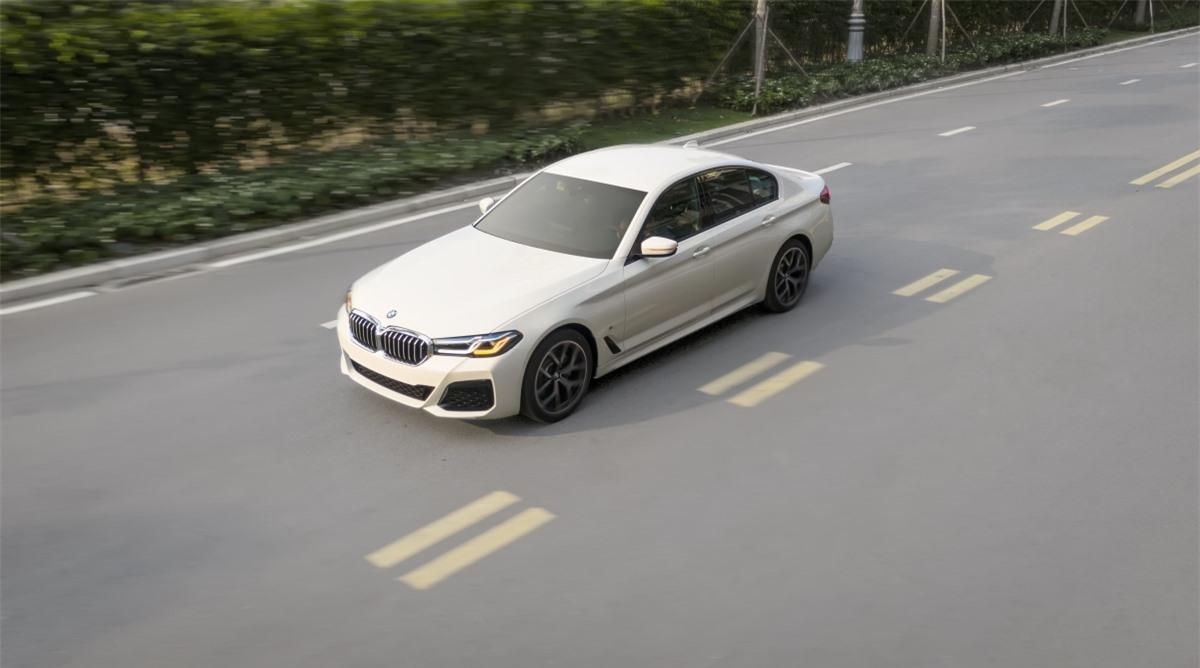 Giống với 520i Luxury Line, 520i M Sport vẫn sử dụng động cơ B48, 4 xy-lanh 2.0L tăng áp kép có công suất 184 mã lực và mô-men xoắn 290 Nm. Phiên bản này có giá bán từ 2,969 tỷ đồng.