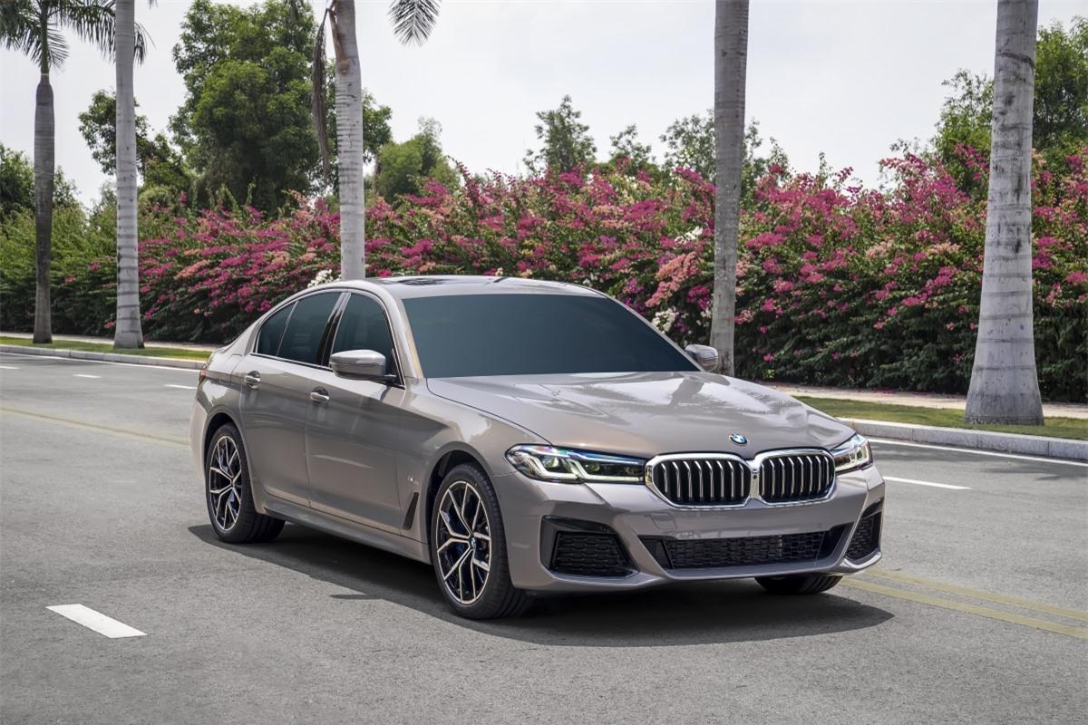 BMW 530i M Sport là phiên bản cao cấp nhất được trang bị hệ thống treo thích ứng, có thể điều chỉnh độ cứng/mềm tùy theo chế độ lái. Các phiên bản còn lại của 5-Series mới được trang bị hệ thống treo tiêu chuẩn. Xe có thêm trang bị cửa sổ trời.