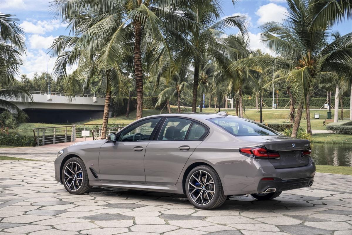 BMW trang bị cho 530i M Sport động cơ B48 tương tự như những phiên bản trên nhưng được tinh chỉnh để cho ra công suất cực đại 252 mã lực và mô-men xoắn 350 Nm. Khối động cơ này kết hợp với hộp số tự động Steptronic 8 cấp, hệ dẫn động cầu sau. Phiên bản này được bán ra với giá từ 3,289 tỷ đồng.