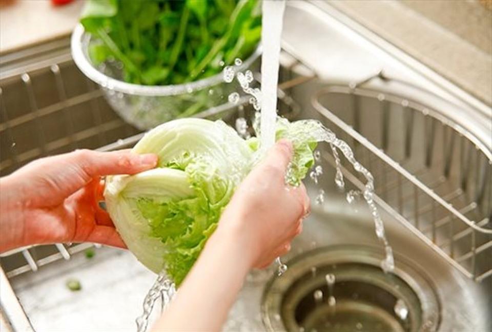 """Phương pháp đơn giản để """"khử"""" thuốc trừ sâu trong rau quả"""