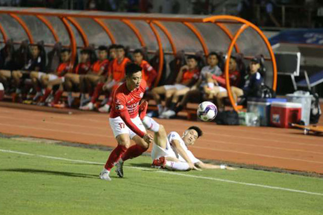 CLB TP.HCM (áo đỏ).