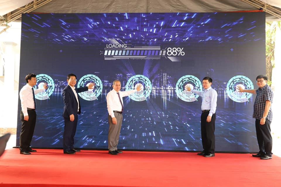 Chủ tịch UBND tỉnh Thừa Thiên Huế cùng các đại biểu bấm nút khai trương Trung tâm Huế IoT Innovation Hub.