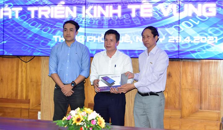 Hội Tin học TP.HCM phối hợp cùng Tập đoàn Lenovo Việt Nam tặng 3 thiết bị công nghệcho các em học sinh giỏi có hoàn cảnh khó khăn ở tỉnh Thừa Thiên Huế