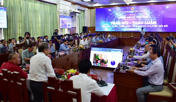 """""""Bàn tròn chuyển đổi số: Hợp tác, phát triển kinh tế vùng từ chuyển đổi số"""" do UBND tỉnh Thừa Thiên Huế tổ chức sáng 29/4/2021."""