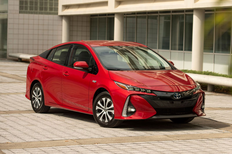 8. Toyota Prius Prime 2021 (giá khởi điểm: 28.220 USD, điểm an toàn của US News: 9,6/10).