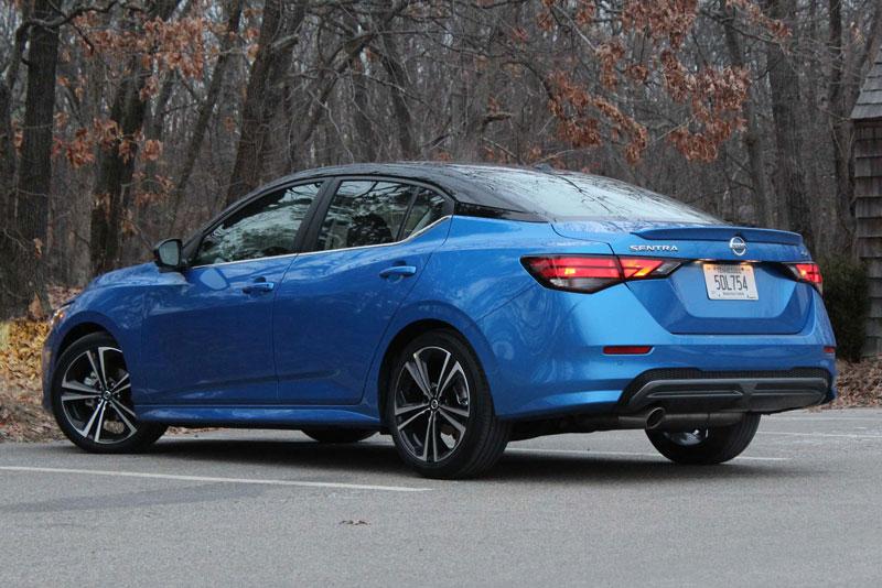 9. Nissan Sentra 2021 (giá khởi điểm: 19.410 USD, điểm an toàn của US News: 9,6/10).