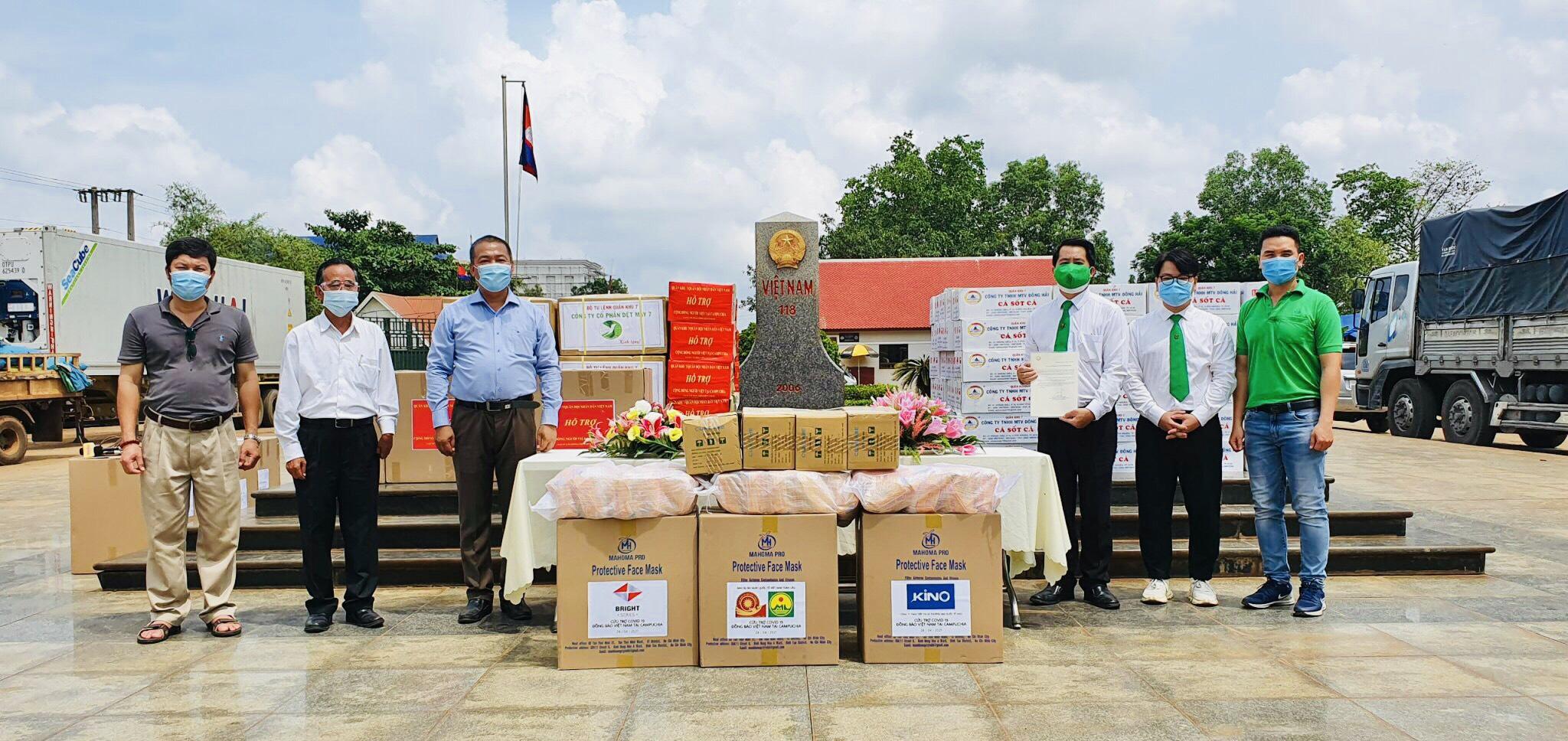 Đại diện Tập đoàn Mai Linh bàn giao lương thực, thiết bị y tế cho Đại sứ quán Việt Nam tại Campuchia.