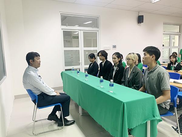 Nhà tuyển dụng Nhật Bản đang trực tiếp phỏng vấn các sinh viên ĐH Đông Á