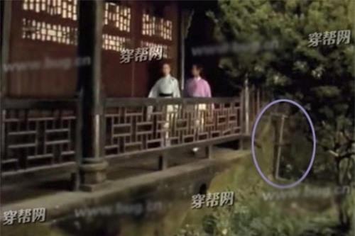 Ống nước hiện đại lọt vào cảnh quay trong phim