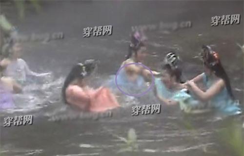 Trong cảnh các yêu tinh nhện nô đùa dưới nước, một nữ diễn viên đã vô tình bị hớ hênh, thế nhưng chi tiết này không được phát hiện và cảnh quay nhạy cảm vẫn lên sóng