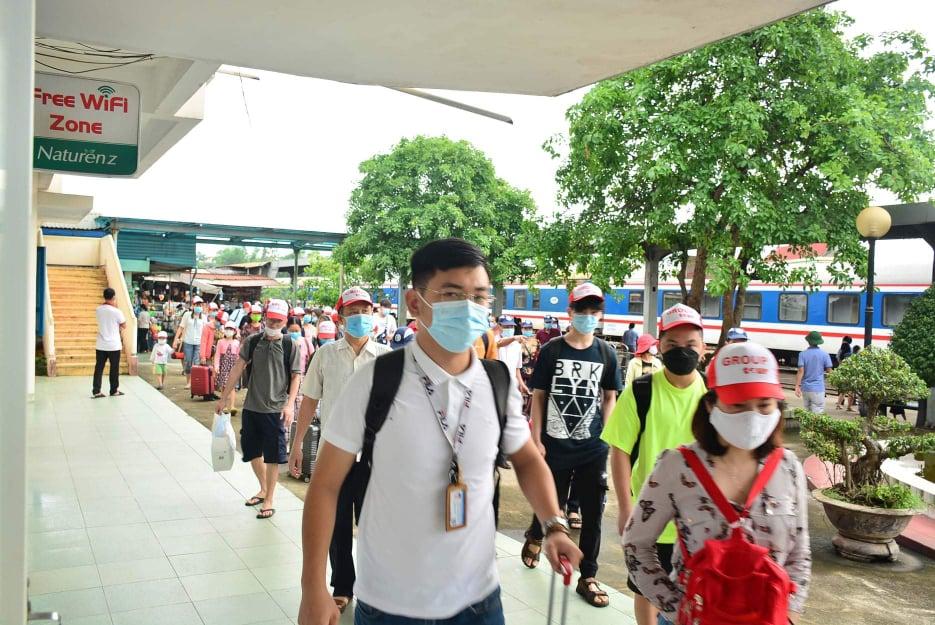 Du khách đeo khẩu trang đảm bảo quy trình chống dịch