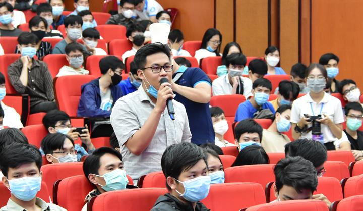 Sinh viên đặt câu hỏi với lãnh đạo tỉnh và các khách mời.