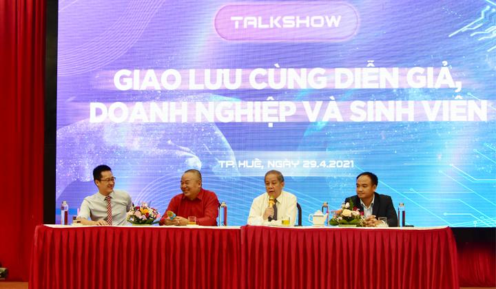 Chủ tịch UBND tỉnh Thừa Thiên Huế Phan Ngọc Thọ và các khách mới trả lời các câu hỏi của sinh viên.
