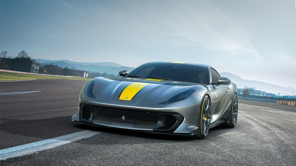 Ở ngoại thất, thiết kế của xe đã được Ferrari tối giản và tối ưu để có thể tạo ra luồng gió qua xe sạch và tối ưu nhất. Phía sau, phần nắp cốp bằng kính đã được thay thế bằng một tấm nhôm nguyên khối và cụm chi tiết tạo gió xoáy.
