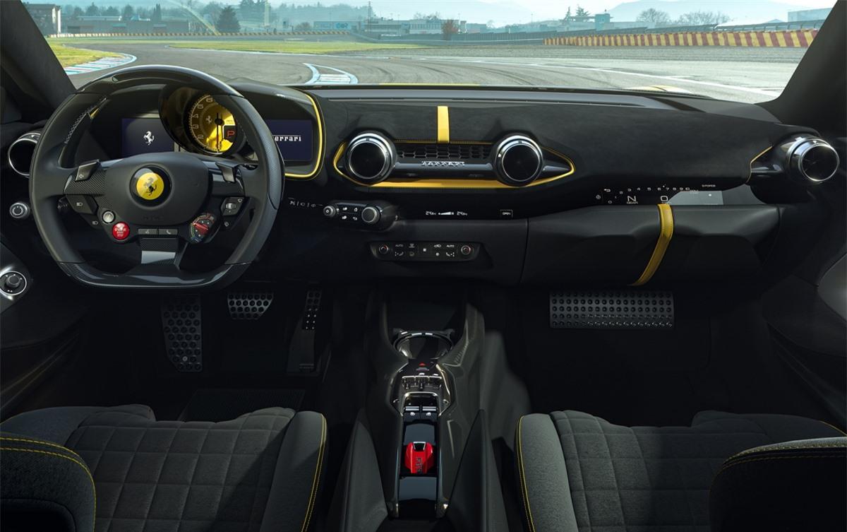 """Bước vào bên trong, khoang lái vẫn có thiết kế tương tự như 812 Superfast hay 812 GTS trước đây. Phần ốp cửa được thiết kế lại giúp giảm trọng lượng và ở bảng điều khiển trung tâm, """"H-gate"""" cần số dạng cần gạt mới sẽ có mặt để thay thế các nút vào số dạng bấm như trước."""