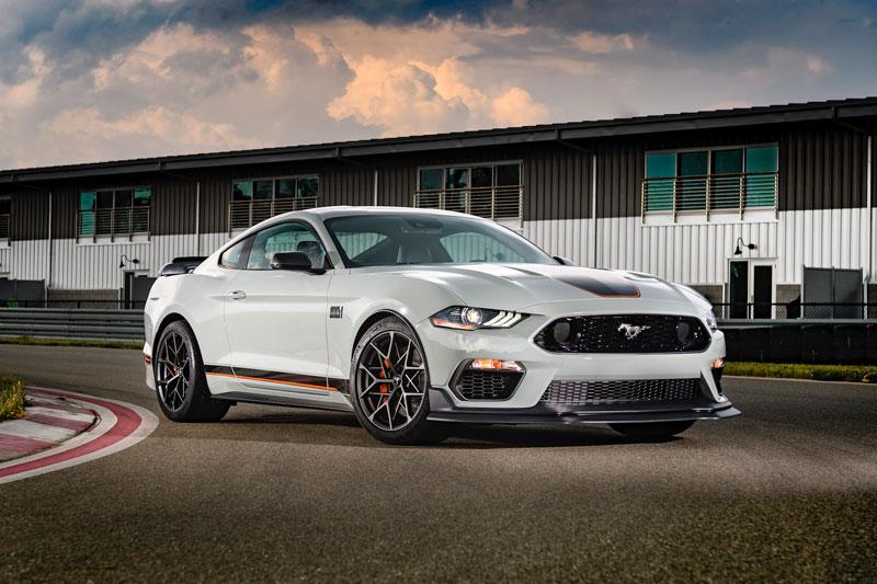 =1. Ford Mustang GT Performance Package (thời gian tăng tốc từ 0-96 km/h: 3,9 giây, giá khởi điểm: 44,625 USD).