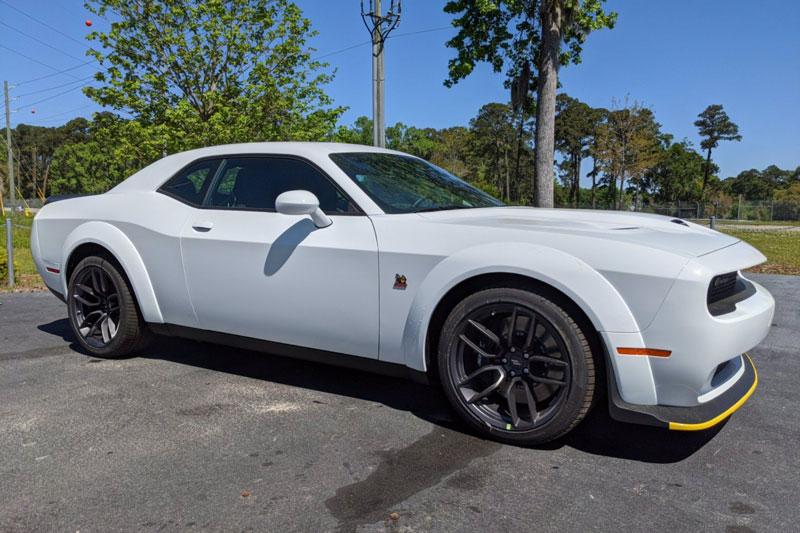 =8. Dodge Challenger R/T Scat Pack Widebody (thời gian tăng tốc từ 0-96 km/h: 4,5 giây, giá khởi điểm: 44.995 USD).