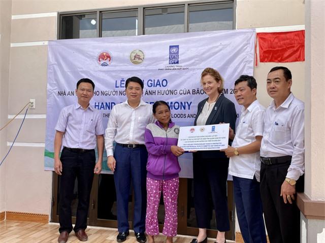 Hỗ trợ hơn 26.000 người nghèo và cận nghèo bị ảnh hưởng bởi bão lũ miền Trung - Ảnh 1.