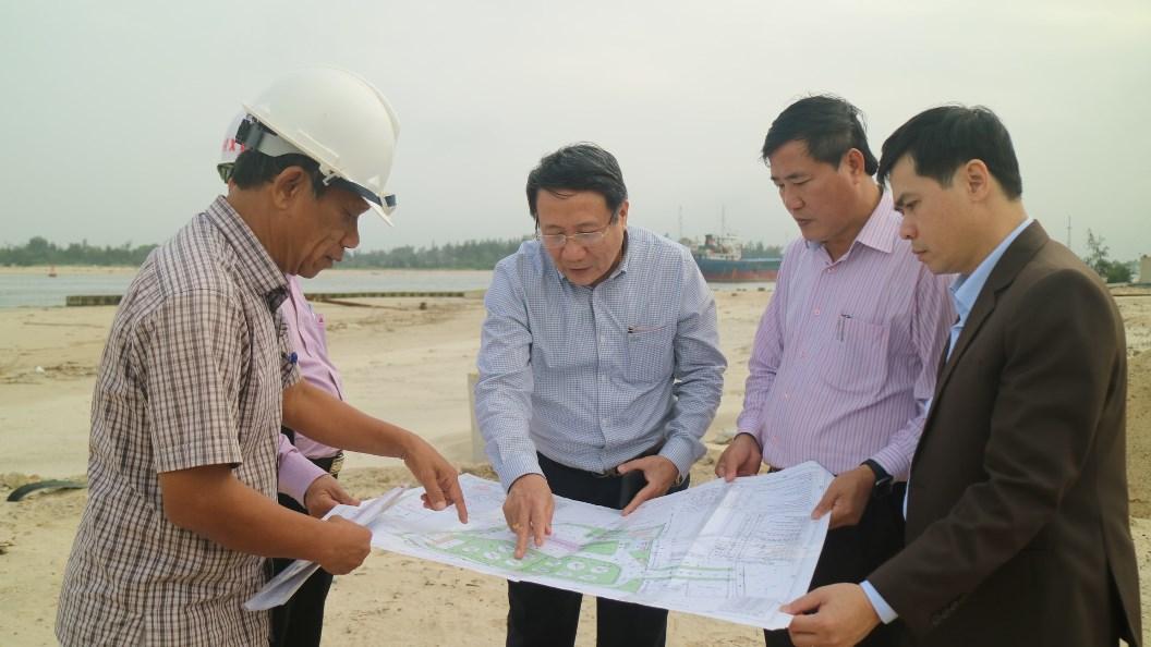 Phó Chủ tịch Thường trực UBND tỉnh Hà Sỹ Đồng kiểm tra tại dự án kho cảng xăng dầu Hải Hà - Quảng Trị.