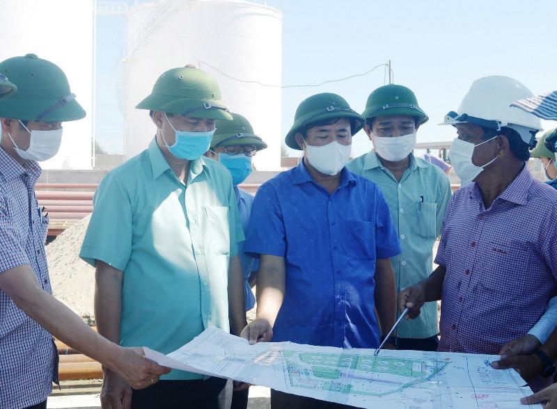 Chủ tịch UBND tỉnh Quảng Trị Võ Văn Hưng (thứ hai từ trái qua) kiểm tra việc thực hiện các dự án tại Khu công nghiệp đông nam Quảng Trị.
