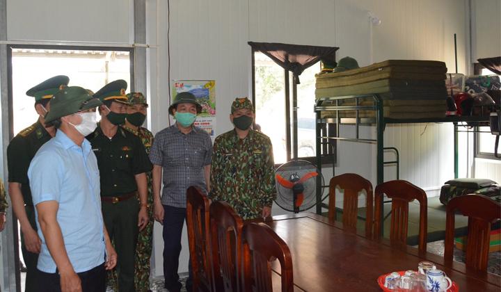 Bí thư Tỉnh ủy Thừa Thiên Huế Lê Trường Lưu cùng đoàn công tác thăm nơi ăn, nghỉ của cán bộ, chiến sĩ tại các chốt kiểm soát, phòng chống dịch Covid-19 trên tuyến biên giới huyện A Lưới.