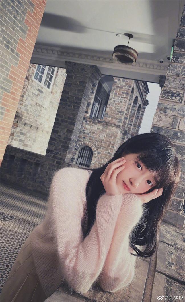 Bất ngờ trước hình ảnh đời thường nhìn như nữ sinh trung học của Quan Hiểu Đồng - Ảnh 2.