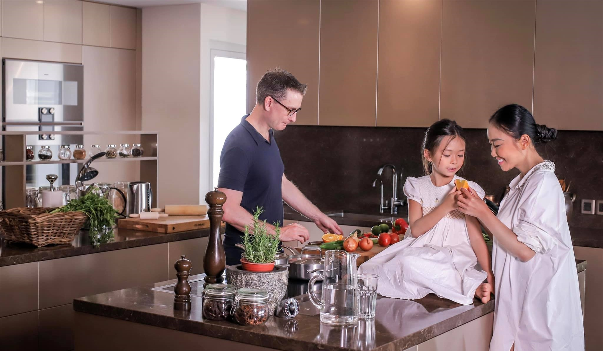 Đoan Trang có cô con gái mới 7 tuổi nhưng thần thái cực đỉnh, mỉm cười nhẹ 1 phát đã giật luôn spotlight của bố mẹ - Ảnh 3.