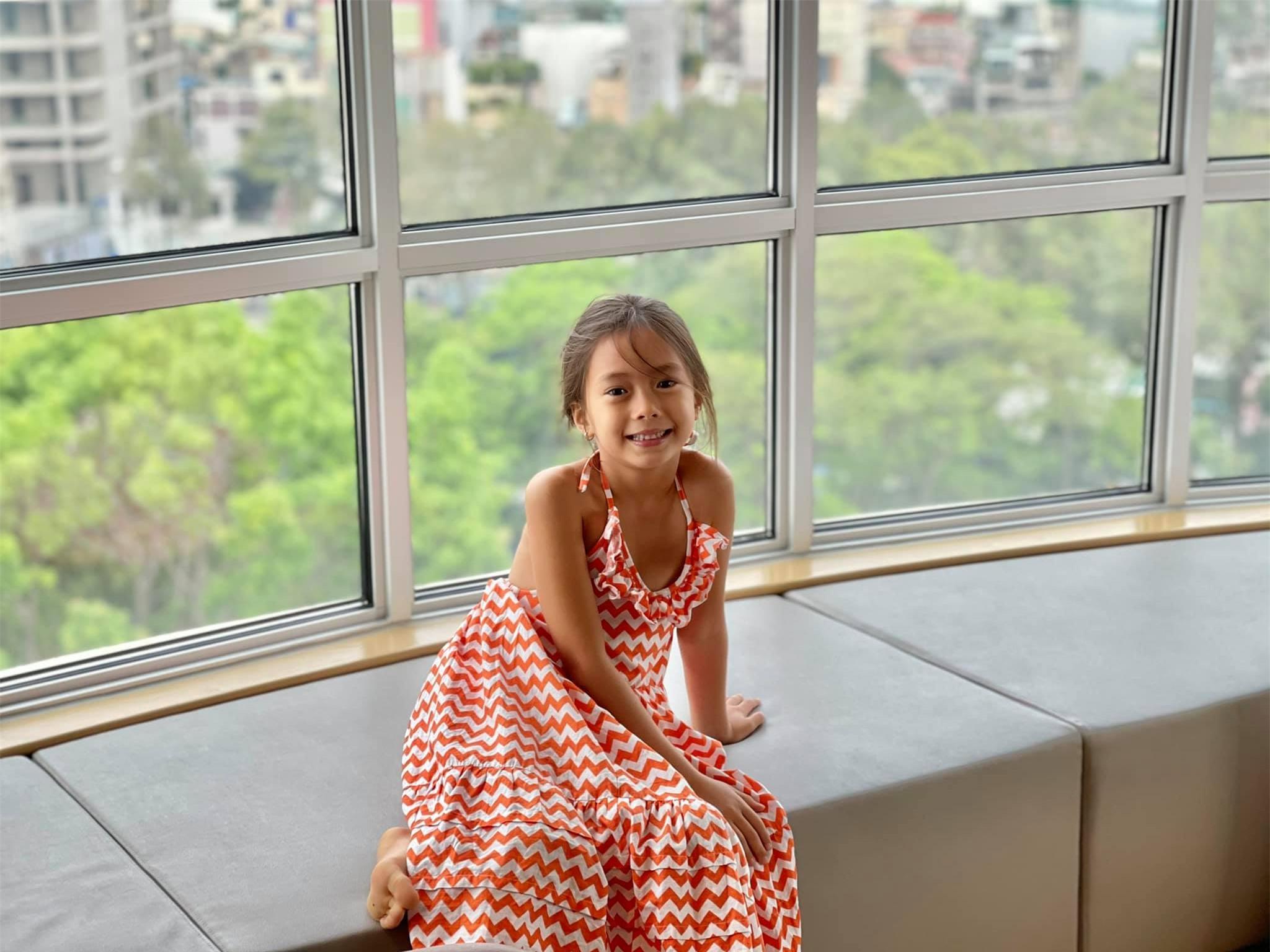 Đoan Trang có cô con gái mới 7 tuổi nhưng thần thái cực đỉnh, mỉm cười nhẹ 1 phát đã giật luôn spotlight của bố mẹ - Ảnh 5.