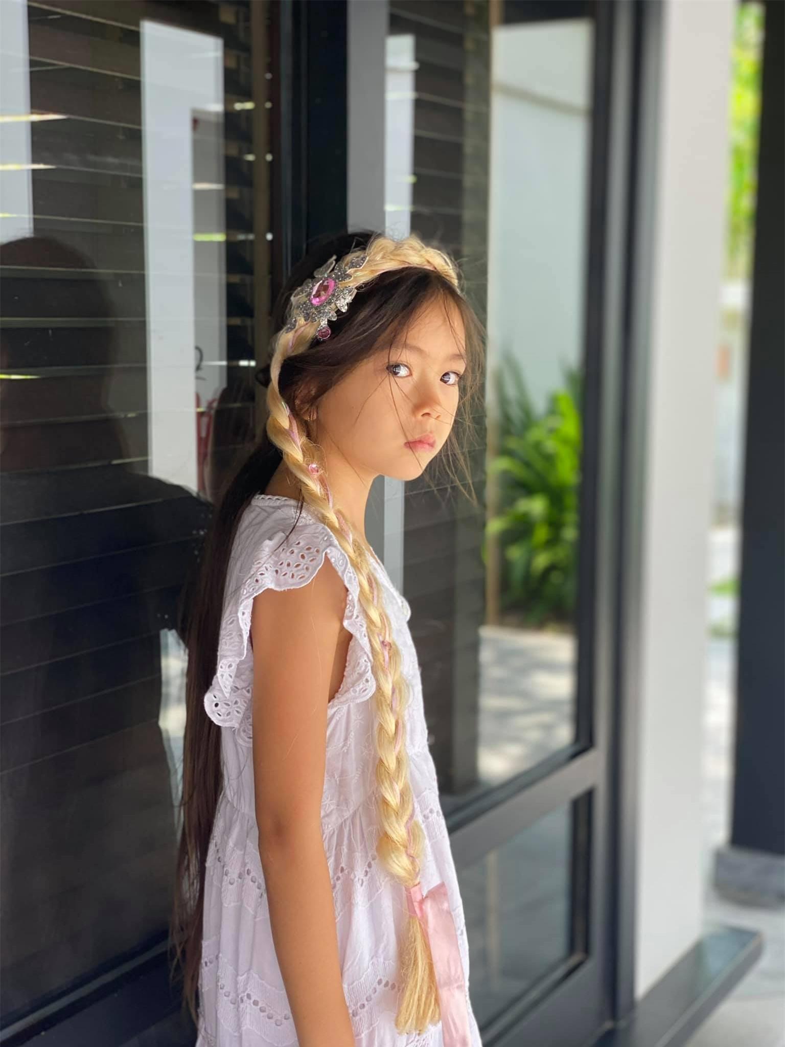 Đoan Trang có cô con gái mới 7 tuổi nhưng thần thái cực đỉnh, mỉm cười nhẹ 1 phát đã giật luôn spotlight của bố mẹ - Ảnh 7.