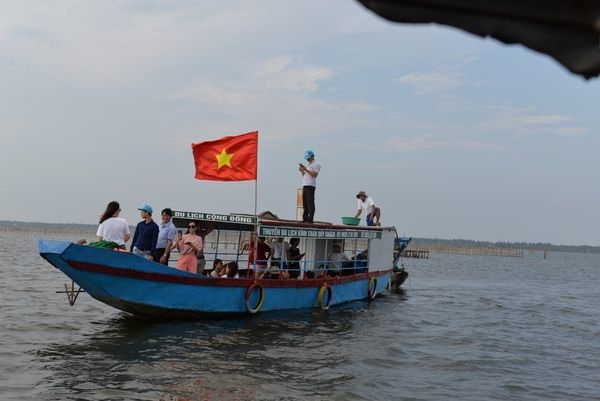 Du khách tham gia tour trải nghiệm du lịch cộng đồng