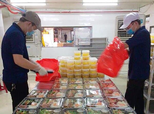 Nhân viên nhà hàng 4U biển chuẩn bị các suất ăn miễn phí đảm bảo chất lượng để phục vụ cho các tuyến đầu chống dịch Covid-19 trên đia bàn TP Đà Nẵng năm 2020