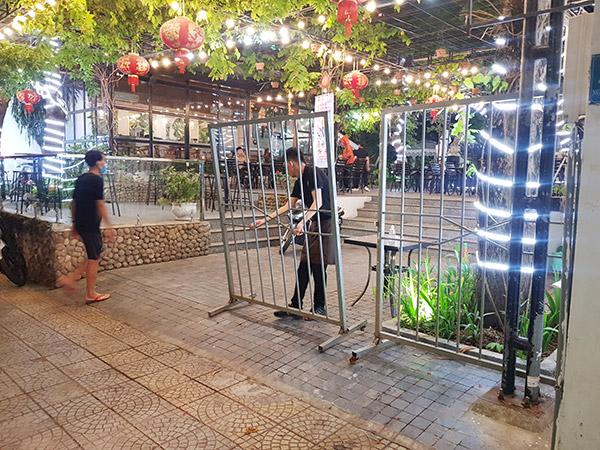 Ngay sau khi có thông tin về ca nghi mắc COVID-19 mới, nhiều nhà hàng ở Đà nẵng đã đóng cửa sớm dù chỉ mới 6 - 7 giờ tối 3/5