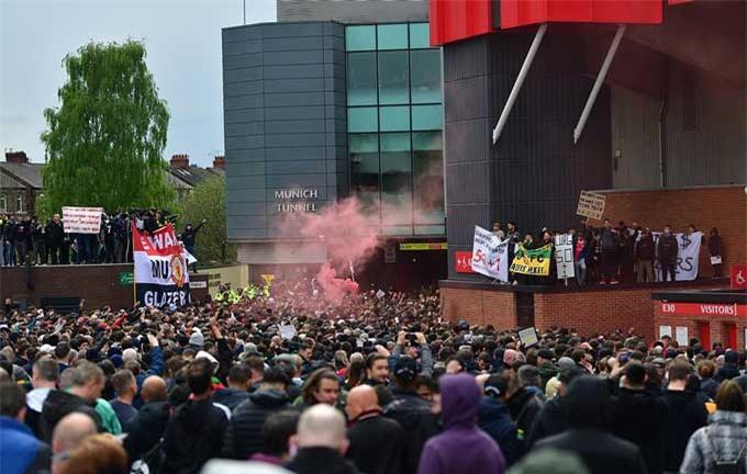 Cảnh tượng biểu tình ngoài sân Old Trafford