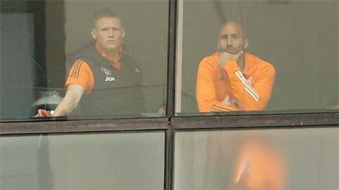 Những cầu thủ MU buồn bã nhìn ra từ cửa sổ khách sạn