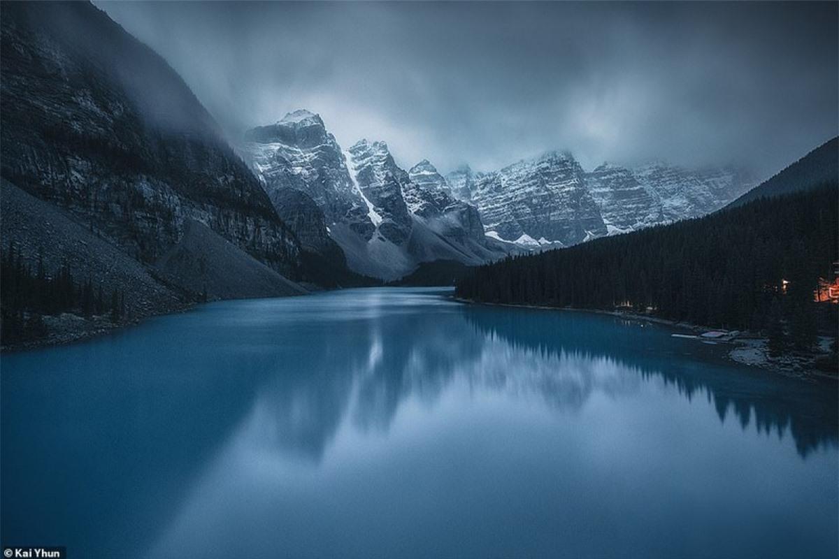 """Hồ Moraine: được mệnh danh là hồ nước đẹp nhất thế giới, với sự hòa quyện tinh hoa đất trời, hồ Moraine mang trong mình sắc xanh dịu nhẹ luôn thay đổi theo mùa, được mẹ thiên nhiên ưu ái với cái tên """"viên ngọc Canada"""". Tuy diện tích chỉ với 0,5 km2 nhưng đã để lại ấn tượng sâu sắc trong lòng mỗi du khách khi đặt chân đến đây. Kai nói: """"Tôi thích cách mà thiên nhiên đã tạo nên khung cảnh hoàn hảo với núi, hồ và rừng.Vào một buổi sáng tĩnh mịch, hình ảnh phản chiếu sẽ cuốn bạn đi""""."""