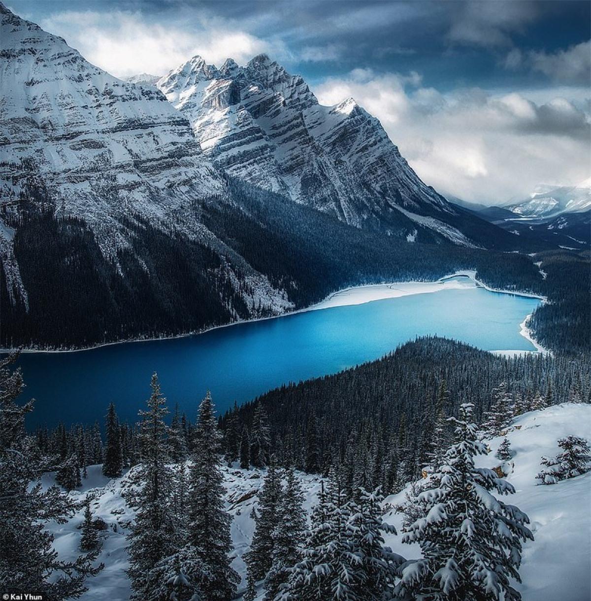 Hồ Peyto: là một trong những hồ ở khu vực Banff gây ấn tượng với khách du lịch bởi màu nước xanh biếc của mình. Với độ cao 1.860 m, được nuôi dưỡng bởi nước sông băng ở Peyto Glacier, hồ Peyto nổi tiếng mang màu sắc tươi sáng vào mùa hè, luôn giữ trong mình vẻ đẹp tuyệt mĩ nhờ bột đá. Được đặt theo tên của Bill Peyto-một người hướng dẫn đường mòn nổi tiếng ở khu vực Banff, Hồ Peyto giống như một dải băng vắt qua nhưng ngọn núi tạo nên một vẻ đẹp hùng vĩ.