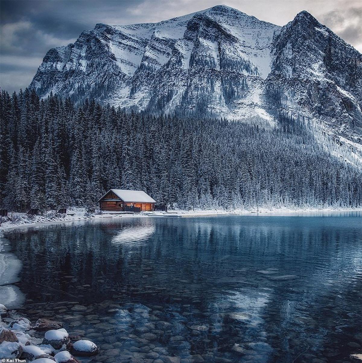"""Hồ Louise thanh tao giữa khung cảnh tuyết trắng. Lúc đầu với tên gọi Emerald (Ngọc Lục Bảo) bởi màu xanh tuyệt mĩ, về sau hồ lấy tên Louise theo tên của Công chúa Louise - con gái của Nữ hoàng Victoria. Với vẻ đẹp độc đáo, xung quanh núi rừng xanh bao bọc của dãy núi Rocky, một trong 7 kì quan của Canada. Kai nói có rất nhiều người khi xem ảnh đều mô tả chúng bằng 2 từ là """"buồn rầu""""."""