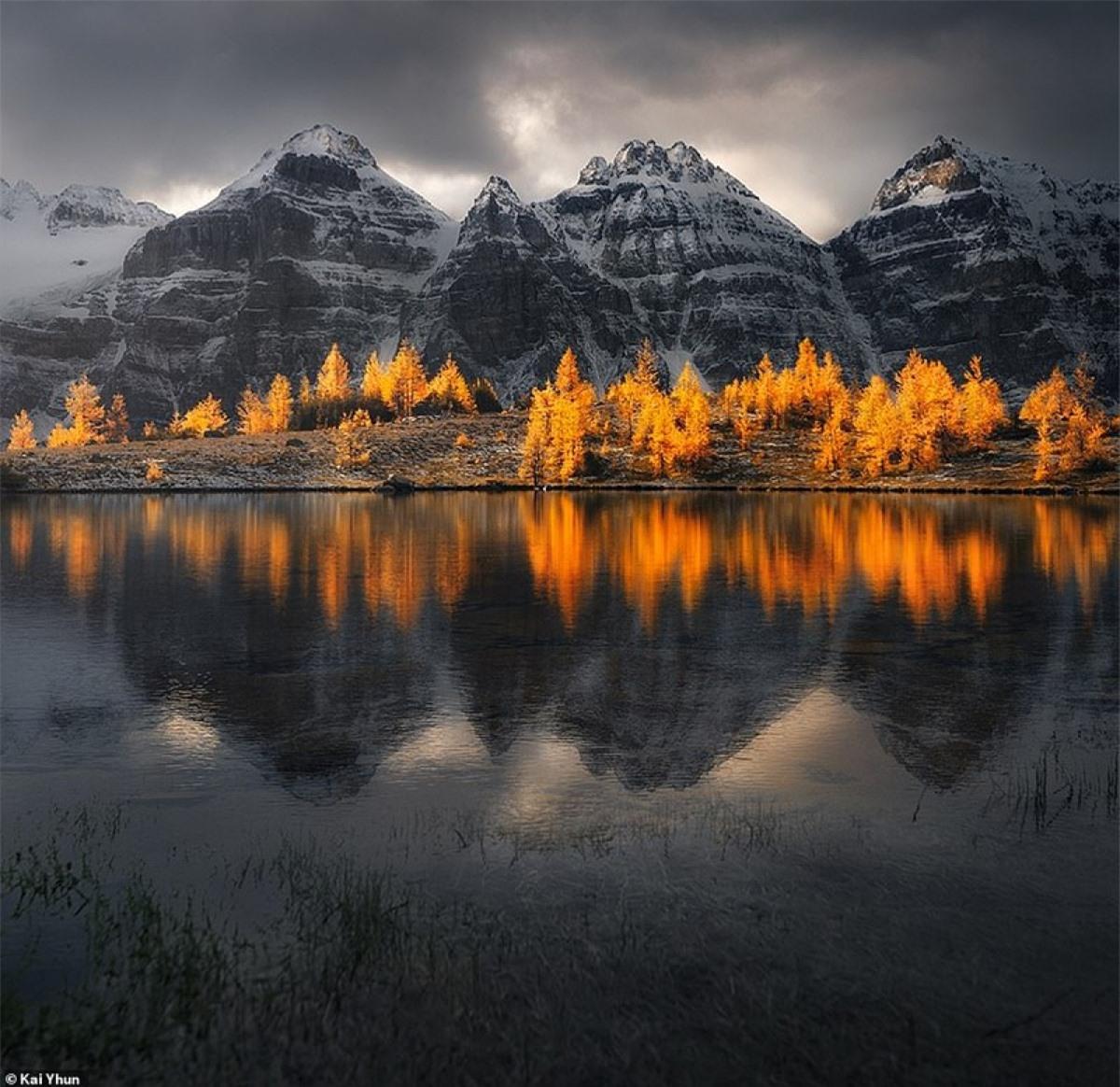 Cảnh mùa thu tại Hồ Moraine, nơi được trông coi bởi một số ngọn núi cheo leo hơn 10.000ft, tạo thành Thung lũng của Mười Đỉnh.