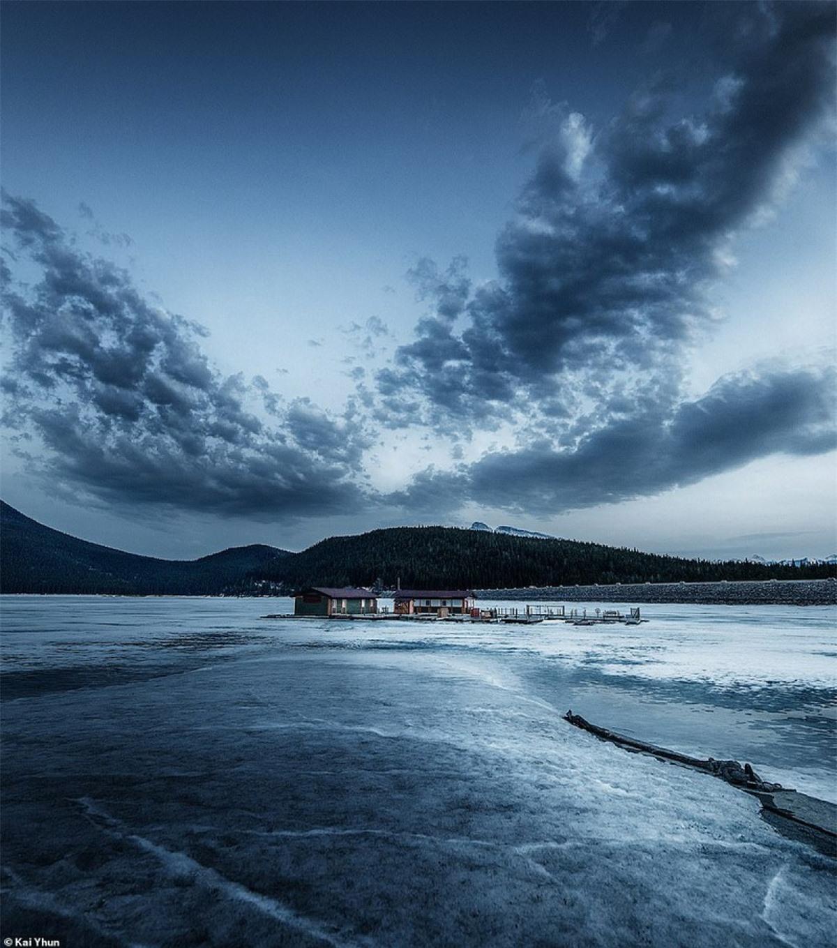 Hồ Minnewanka: Đa dạng theo các mùa và là hồ nước lớn nhất tại công viên quốc gia Banff với độ sâu 142m và dài 28km. Vào mùa đông, hồ đóng băng rất thích hợp cho du khách dã ngoại, đi xe đạp leo núi, đi bộ đường dài, chèo thuyền, lặn và đi bộ trên tuyết.