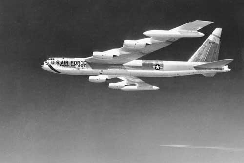 Một máy bay ném bom B-52 của Không quân Mỹ năm 1957. Ảnh AP.